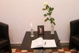 Viljandi raekojas on avatud kaastunderaamat õpetaja Ene Sarapi mälestuseks