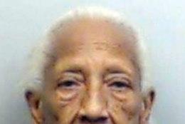 MAAILMA VANIM JUVEELIVARAS TEGUTSEB JÄLLE: 85-aastane naine üritas näpata kalleid kõrvarõngaid