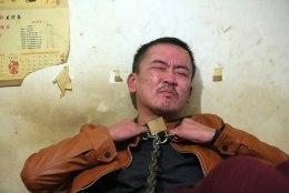 USKUMATUD FOTOD | Alkohoolikust hiinlane palus end viinanäljast üle saamiseks ketti panna