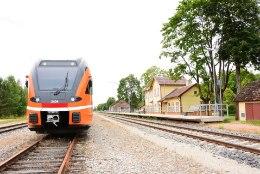 FOTOD | Viljandisse teel olnud Elroni rong seiskus tehnilise rikke tõttu