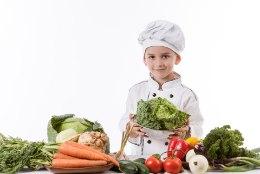 Viis põhjust, miks lubada lapsed juba varakult kööki kokkama