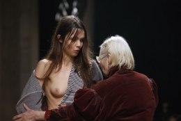 PILTUUDIS | Vivienne Westwood tõttas keset moešõud appi piinlikku olukorda sattunud modellile