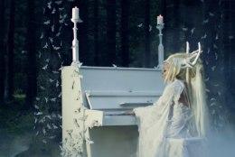 MAAGILINE JA KAUNIS: Kerli viis klaveri Viimsi metsa ja siristas kui laululind
