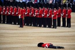 FOTOD | Juba teine kaardiväelane minestas kuninganna sünnipäevapidustustel