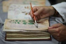 FOTOD | Avalikkuse ette tuuakse maailma salapäraseim raamat, mida keegi lugeda ei oska