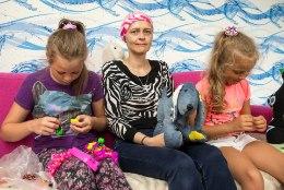 """""""Võib-olla ma suren. Aga ma püüan, et mitte,"""" lohutab kuus aastat rinnavähiga võidelnud ema oma kolme last"""