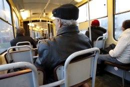 Kas bussis vanainimestele istekoha pakkumine on nende tervisele kahjulik?
