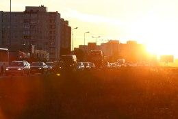 FOTOD JA VIDEO | Autojuhid võitlevad Lasnamäe kanalis ummikuga, sõites mururibal