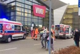 Poolas pussitas mees kaubanduskeskuses inimesi
