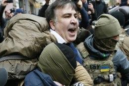 FOTOD JA VIDEOD | Saakašvili ähvardas Kiievis enne arreteerimist katuselt alla hüpata