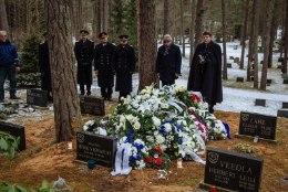FOTOD   Metsakalmistul sängitati mulda mereväe esimene ülem Roland Leit