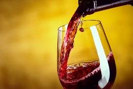 Miks vein alati mööda pudeli kaela alla voolab?