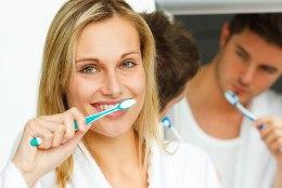 Miks sa peaksid hambaid pimedas pesema?