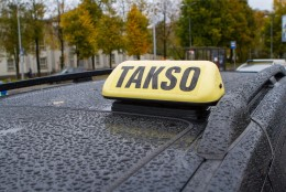 Kunde tümitas Tartus taksojuhti, mehed oma naisi