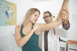 KÄTT ON RASKE LIIGUTADA: millal võiks kahtlustada külmunud õla sündroomi?