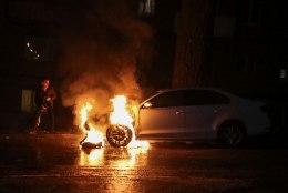 GALERII | Meeleavaldajad süütasid Kiievi Vene suursaatkonna sõiduki