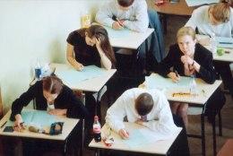 Abituriendid teevad matemaatika riigieksamit