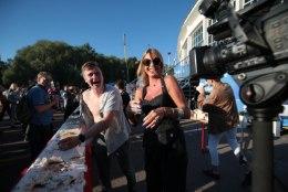 FOTOD  JA VIDEO | Anu Saagim mäkerdas Uudo Sepa Õllesummeril tordiga kokku ja rebis särgi ribadeks