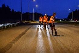VIDEO JA GALERII | Pöörane ettevõtmine: hulljulge seltskond sõitis öösel rulluiskudel Tallinnast Rakverre!