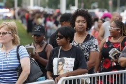 GALERII | Sajad fännid ööbisid tänaval, et Aretha Frankliniga hüvasti jätta