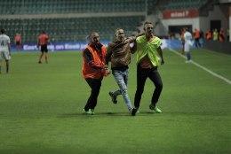 FOTOD | Pahatahtlik pealtvaataja jooksis matši ajal väljakule, alaliitu ootab kopsakas trahv