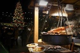 VIDEO | Tallinna jõuluturu maitsed: kallivõitu glögi ja jahedalt uhked praed. Õnneks on ka pelmeene!