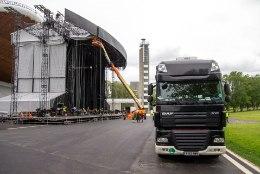 GALERII | 57 rekat ja 60 000 kilogrammi tehnikat ehk Bon Jovi maailmaturnee lavaehitus on täies hoos