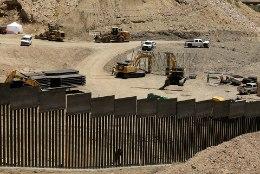 Trumpi fännid asusid ise müüri ehitama, kuid kaugele sellega ei jõudnud