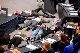 PROTEST: noored kliimaaktivistid mängisid Saksamaa parlamendis surnuid