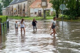 VIDEOD JA FOTOD   Suur paduvihm uputas Kuressaare uulitsad ja hooned, inimesed muutsid tänava basseiniks