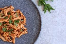 Suviselt kerge kõhutäide: rebitud paprikakana salati- või leivakõrvaseks
