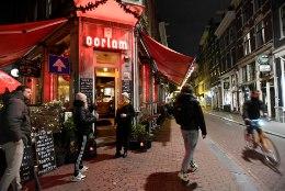 Amsterdamis läks löömaks: 25 inimest vahistati, noored lasid politsei pihta ilutulestikurakette