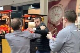 VIDEO | Maskivastase mehe ja kaubanduskeskuse turvade vahel tekkis konflikt: mängu tulid löögid, gaas ja politsei