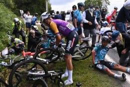 VIDEO   Hooletu fänn põhjustas Tour de France'i avaetapil massikukkumise