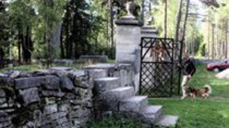 Saare kalmistud on omaette vaatamisväärsused