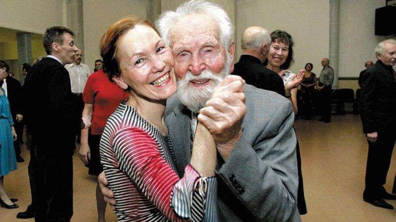 102aastane Karl Plutus keerutab jalga Kaja kultuurikeskuses