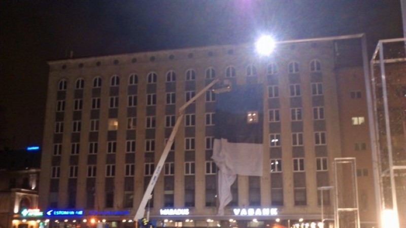 FOTOD! Vabaduse väljakul paigaldatakse majaseinale hiiglasuurt rahvuslippu
