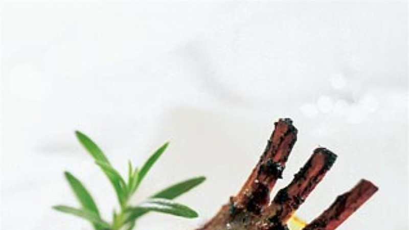 Tallekarree rosmariini ja punase veini leemes pipramarjaglasuuriga