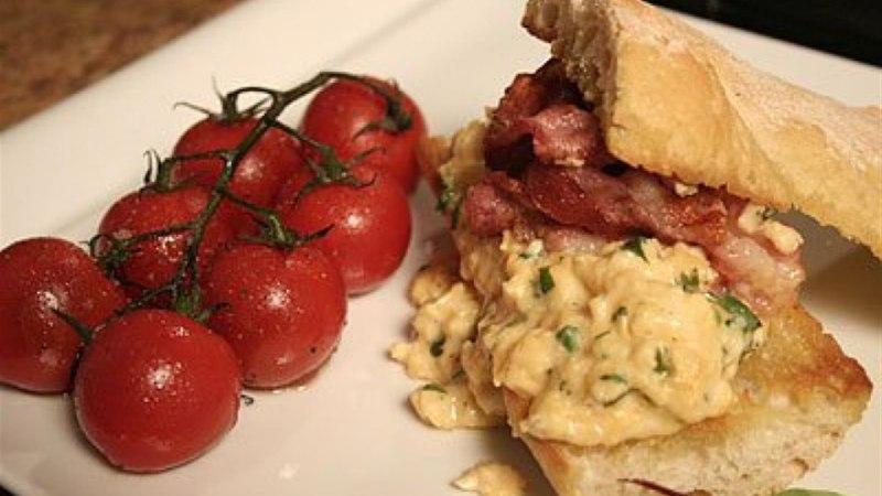 Grillitud ciabatta munapudru, praetud peekoni ja tomatiga