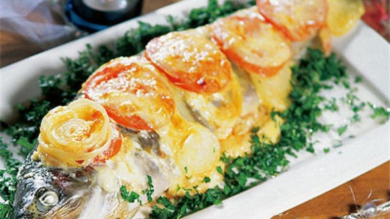 Üleküpsetatud ahjuforell tomati ja juustuga