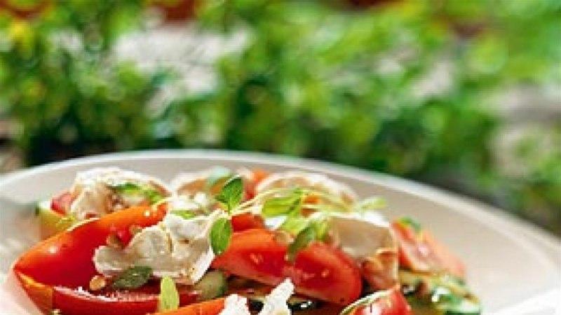 Melonisalat tomati, kurgi ja kitsejuustuga
