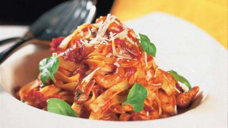Tagliatelle pähkli-tomatikastmes