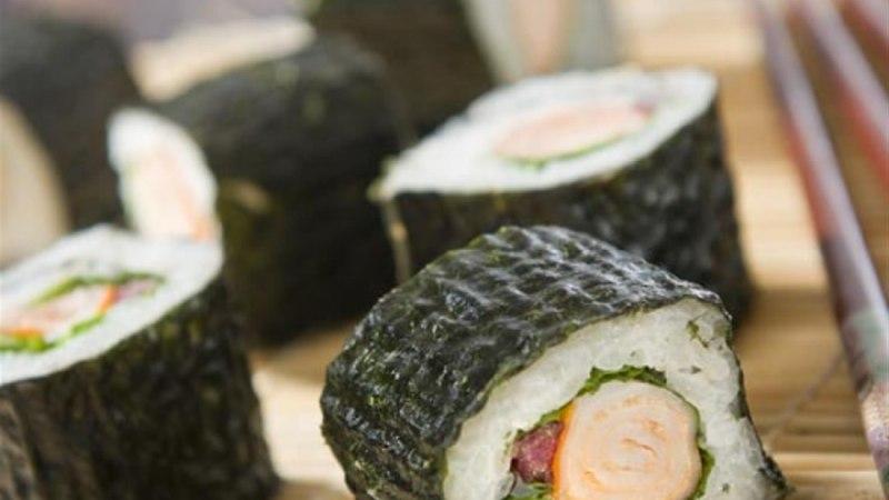 Sushi makra ja spinatilehtedega
