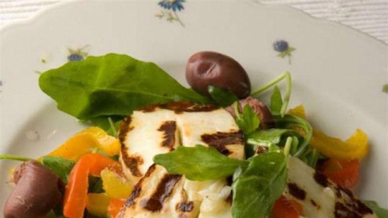 Värske salat grillitud halloumi juustuga