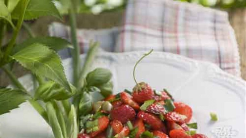 Maasika-suvisibulasalat