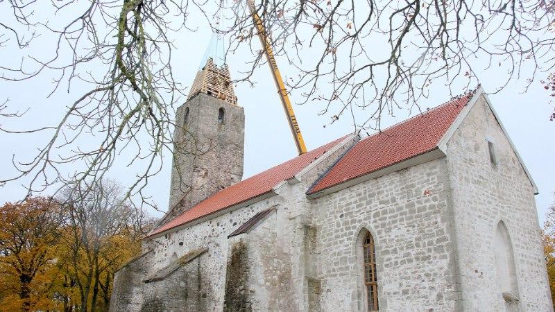 GALERII: kuidas Püha Jakobi kirik Pihtlas sai uue tornikiivri