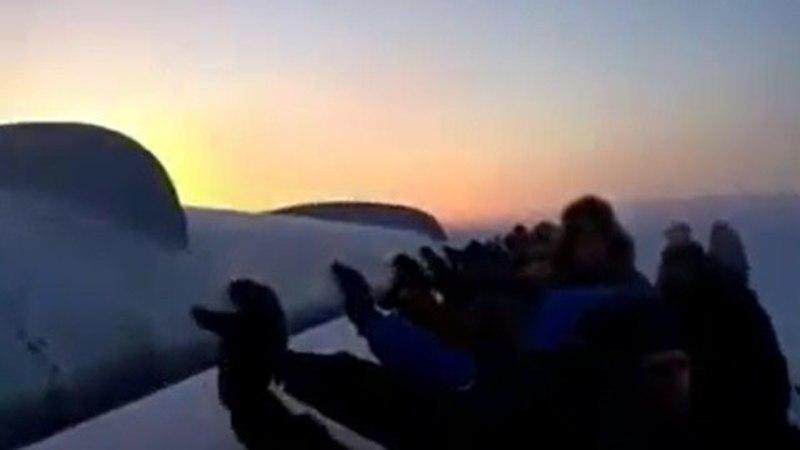 VIDEO I Ühtsuses peitub jõud: reisijad pidid Siberis kinnikülmunud piduritega lennukit lükkama