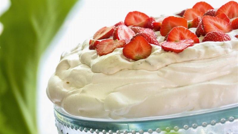Rabarberikreemi ja maasikatega Pavlova