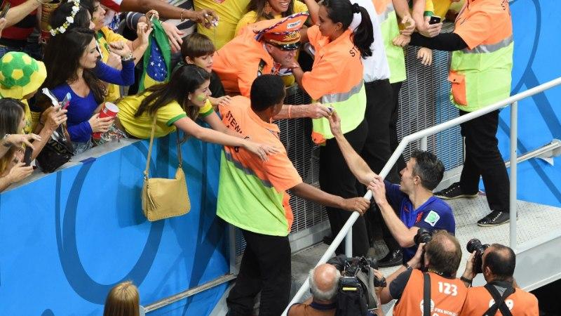 KAUNIS ŽEST: Van Persie andis medali ja kaptenipaela truule fännile