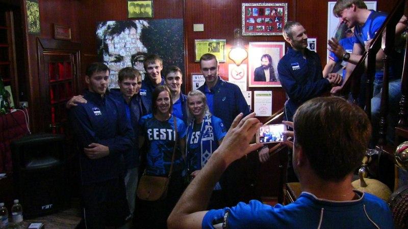 FOTOD   Võrkpallikoondis käis Torino pubis fännidega kohtumas: meil on täna kuiv seadus!